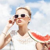 Mujer toma sandía. concepto de comida sana y dieta — Foto de Stock
