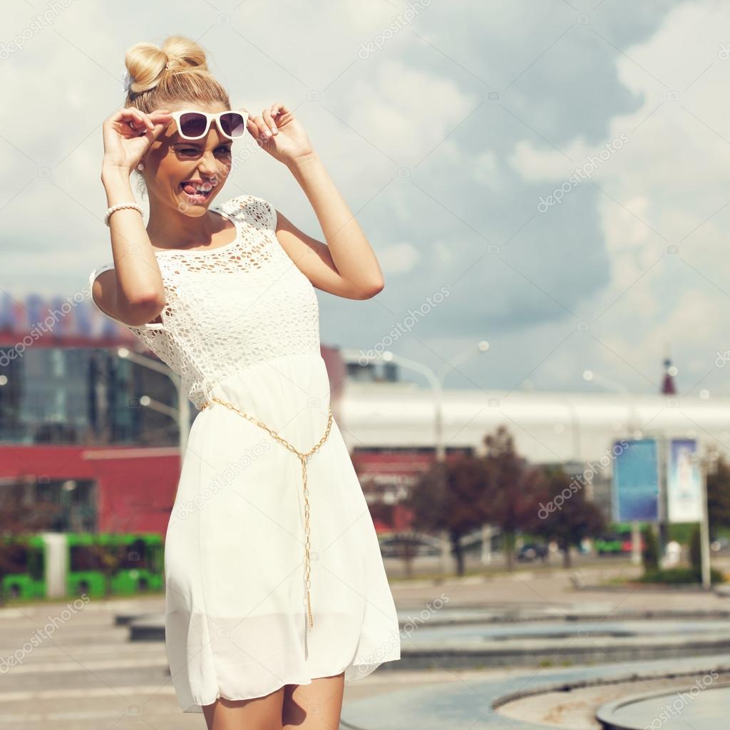 девушка в очках блондинка фото