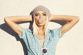 Trendy mooie blonde model en blaas bubblegum — Stockfoto