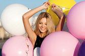幸福的年轻女人,与彩色乳胶气球 — 图库照片