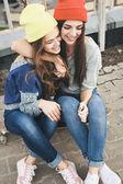 Два молодых longboarding девушка друзья — Стоковое фото