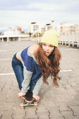A beautiful skater woman — Stock Photo