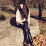 vacker elegant kvinna som står i en park i höst — Stockfoto