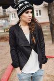 Menina elegante elegante na jaqueta de couro preta — Fotografia Stock