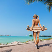 Sexig kvinna och longboard — Stockfoto