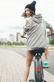 Junge Hipster Mädchen mit schwarzen Motorrad — Stockfoto
