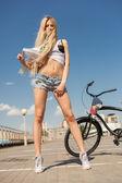 Jeune femme sexy à vélo à l'extérieur — Photo