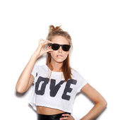 Girl with sunglasses looking at the camera — Stock Photo