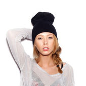 Young woman in black beanie — Stockfoto