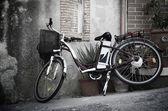 Vintage style bicycle leaning on a wall in italian street (Ebla Island) — Stok fotoğraf