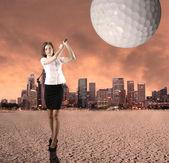 Jovem empresário jogando golfe — Fotografia Stock