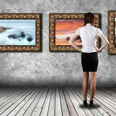 Mujer de pie en la galería — Foto de Stock