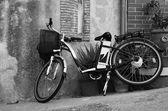 Vintage style bicycle leaning on a wall in italian street (Ebla Island) — Zdjęcie stockowe