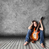 Cute girl with electric guitar — Stock Photo