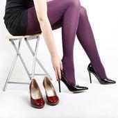 Vrouw benen proberen op schoenen — Stockfoto
