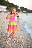 красивая девушка на пляже на побережье — Стоковое фото