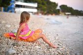 海岸ビーチで美しい少女 — ストック写真