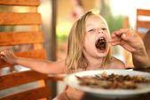 Klein meisje eten pannenkoek — Stockfoto