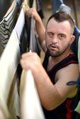 Człowiek downa ubrania wiszące — Zdjęcie stockowe