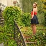portrait de femme rétro dans jardin — Photo #13504651