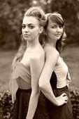 Retro kvinnor i trädgården — Stockfoto