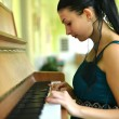 Woman playing piano — ストック写真