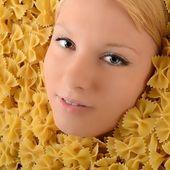 美丽年轻的金发在面食中 — 图库照片