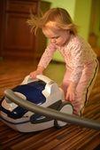Baby met stofzuiger in woonkamer — Stockfoto