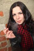 Kvinna röka e-cigarett — Stockfoto