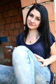 Een straat portret van een mooie jonge vrouw — Stockfoto