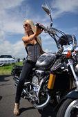 バイクに女の子 — ストック写真