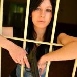 weibliche Verbrecher hinter Gitter — Stockfoto
