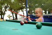 ładny mały dziewczyna gry bilardowe — Zdjęcie stockowe