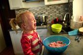 Kleines mädchen kochen — Stockfoto