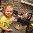 Little girl plays the cook  — Stockfoto