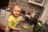 Little girl plays the cook — Stock Photo