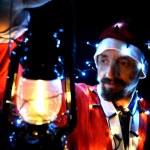 Tema Natale con Babbo Natale tenendo magiche luci con le mani — Foto Stock #37203411