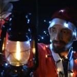 Boże Narodzenie Motyw z santa gospodarstwa magiczne światło w rękach — Zdjęcie stockowe #37203437