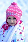 Retrato de niña feliz en invierno, nieve, trineos de familia — Foto de Stock