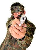 Rozzlobený voják drží zbraň na bílém pozadí — Stock fotografie