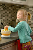 Child making fresh orange juice — Stock Photo