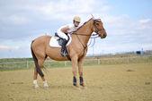 Frau reiter auf dem pferd-messe — Stockfoto