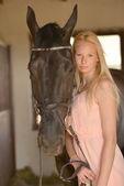 темная лошадка и женщина — Стоковое фото