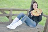 女孩和比萨饼 — 图库照片