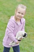 Meisje met haar puppy — Stockfoto