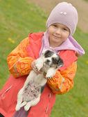 小女孩用她的小狗 — 图库照片
