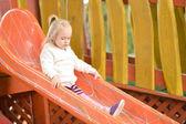Dziewczyna na slajdu zabaw — Zdjęcie stockowe