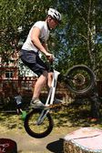 Biker springen — Stockfoto
