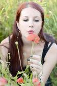 Haşhaş çiçek tutan kadın — Stok fotoğraf