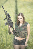 Onun silah tutan seksi kadın — Stok fotoğraf